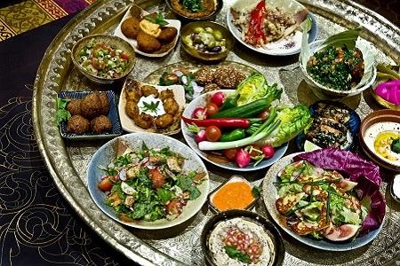 wave-dance-tamraght-vacances-actives-au-maroc-repas-vegetarien-au-maroc-table-garnie